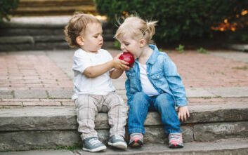 Πότε αρχίζει το αίσθημα αλτρουισμού στον άνθρωπο, τι έδειξε έρευνα σε μωρά