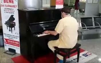 Ιταλός γιατρός παίζει στο πιάνο νοσοκομείου το τραγούδι των Queen «Don't stop me now»