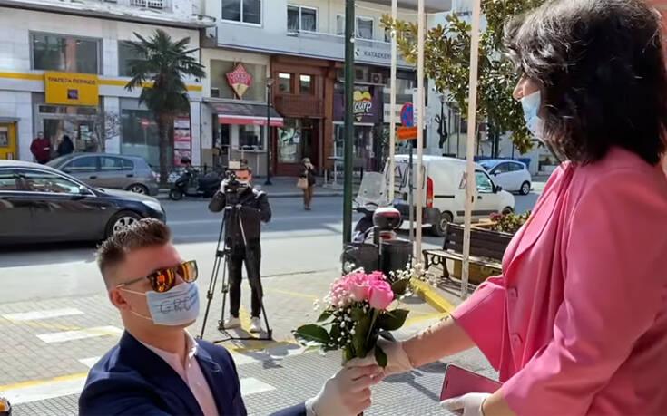 Γάμος στα χρόνια του κορονοϊού: Βέρα στο δεξί με γάντια και αντισηπτικά