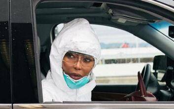 Η Ναόμι Κάμπελ ταξιδεύει αεροπορικώς φορώντας στολή λόγω κορονοϊού