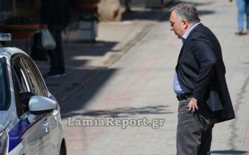 Κορονοϊός: Ο δήμαρχος της Λαμίας βγήκε στην πλατεία για να ζητήσει από τους ηλικιωμένους να μείνουν σπίτι τους