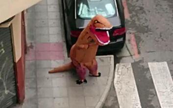 Κορονοϊός στην Ισπανία: Βγήκε στον δρόμο με στολή τυραννόσαυρου