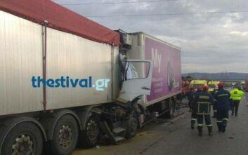Σφοδρή σύγκρουση φορτηγών στη Θεσσαλονίκη: Εγκλωβίστηκε άντρας - Οι πρώτες εικόνες από το σημείο