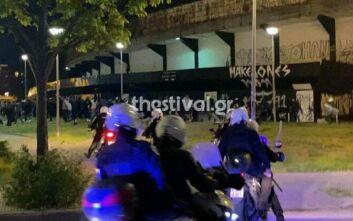 Eπεισόδια έξω από την Τούμπα - Oι οπαδοί του ΠΑΟΚ παραβίασαν τις κυβερνητικές απαγορεύσεις για την συνάθροιση