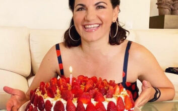 Με μια μεγάλη τούρτα γεμάτη φράουλες γιόρτασε τα γενέθλιά της η Όλγα Κεφαλογιάννη