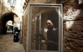 Ισραήλ: Μοναχοί με μάσκες και γάντια μοίρασαν κλαδιά ελιάς για την Κυριακή των Βαΐων