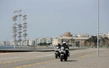 Ελάχιστος κόσμος το πρωί στη Νέα Παραλία Θεσσαλονίκης - Από το μεσημέρι τα πρόστιμα μετά το «λουκέτο»