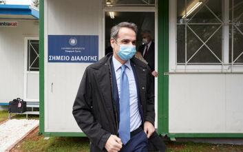 Εικόνες από την επίσκεψη Μητσοτάκη στο Σωτηρία: Συνομίλησε με γιατρούς φορώντας μάσκα