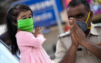Η πιο μικρόσωμη γυναίκα στον κόσμο βγήκε στους δρόμους της Ινδίας για να διαδώσει το μήνυμα «Μένουμε Σπίτι»