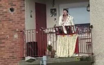 Κορονοϊός: Σωσίας του Έλβις που βρίσκεται σε καραντίνα δίνει... συναυλία στο μπαλκόνι του