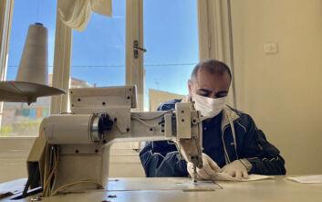 Τρίκαλα: Ο ράφτης από το Ιράκ που φτιάχνει μάσκες μαζί με την οικογένειά του για τον κορονοϊό