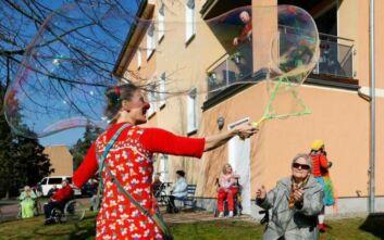 Κορονοϊός: Κλόουν «μοιράζουν» γέλιο σε οίκους ευγηρίας στη Γερμανία