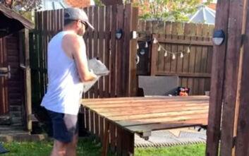 Γείτονες μετέτρεψαν τον φράχτη τους σε... τραπέζι λόγω καραντίνας