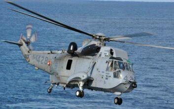 Ελληνικό ελικόπτερο του ΠΝ στις έρευνες για τους έξι αγνοούμενους ανοιχτά της Κέρκυρας