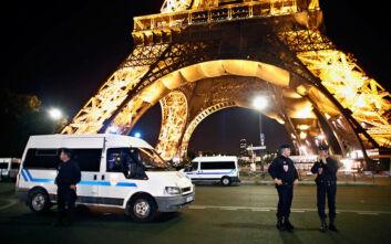 Άνδρας επιτέθηκε με μαχαίρι σε αστυνομικούς σε προάστιο του Παρισιού
