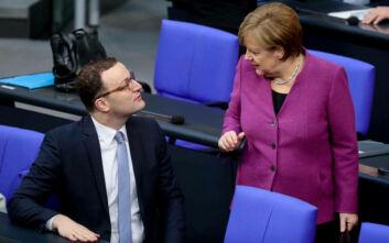 Ο υπουργός Υγείας της Γερμανίας σε ασανσέρ με 13 άτομα - Η φωτογραφία που προκάλεσε σάλο