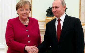 Συνομιλία Μέρκελ - Πούτιν με φόντο κορονοϊό, πετρέλαιο, Συρία, Λιβύη και ανατολική Ουκρανία