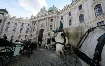 Κορονοϊός: Με άμαξες διανέμουν γεύματα στους ευάλωτους πολίτες της άδειας Βιέννης