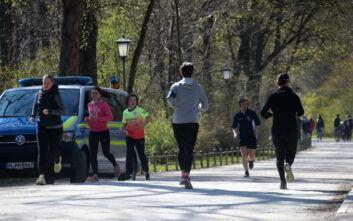 Κορονοϊός Γερμανία: Έως και 500 ευρώ πρόστιμο για όσους δεν έχουν απόσταση 1,5 μέτρου στο Βερολίνο