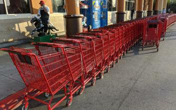 Κορονοϊός στις ΗΠΑ: Γυναίκα σε σούπερ μάρκετ έγλειψε προϊόντα αξίας 1.800 δολαρίων