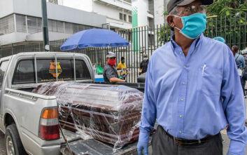 Κρατούμενοι φυλακών στο Εκουαδόρ φτιάχνουν φέρετρα για τα θύματα του κορονοϊού
