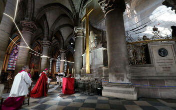 Κορονοϊός: Η λειτουργία της Μεγάλης Παρασκευής των Καθολικών στην Παναγία των Παρισίων έγινε μήνυμα ελπίδας για τους Γάλλους