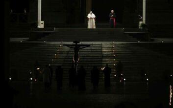 Ο Πάπας Φραγκίσκος προσεύχεται για τους αρρώστους στην Ακολουθία των Παθών