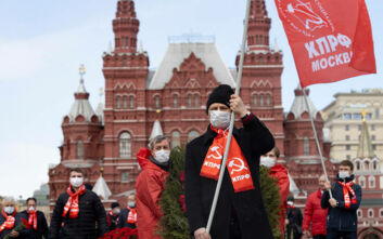 Οι κομμουνιστές της Ρωσίας τίμησαν τον Λένιν σε συνθήκες καραντίνας και... παγωνιάς