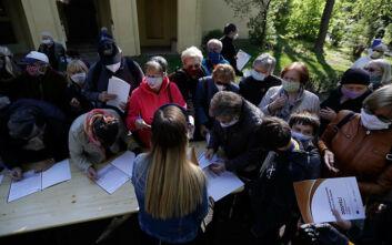 Απίστευτες εικόνες στην Τσεχία: Κοσμοσυρροή πολιτών για να υποβληθούν σε τεστ για τον κορονοϊό