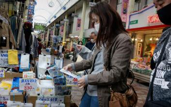 Κορονοϊός: Με μούχλα, λεκέδες και έντομα 300.000 μάσκες που δόθηκαν σε εγκύους στην Ιαπωνία