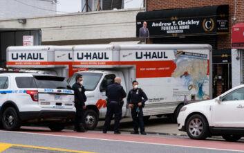 Κορονοϊός ΗΠΑ: Γραφείο κηδειών δεν είχε χώρο και έβαζε τα πτώματα σε φορτηγό