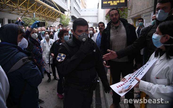 """Οι """"ήρωες"""" ξεχάστηκαν: Η κυβέρνηση έστειλε την αστυνομία για να διαλύσει τη  συγκέντρωση διαμαρτυρίας των γιατρών! – Candia Doc"""