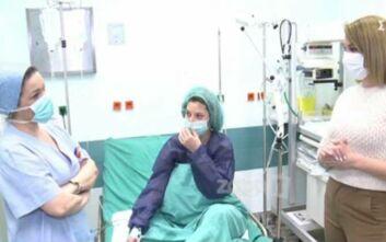 Η Τατιάνα Στεφανίδου στο νοσοκομείο Αττικόν για τις μητέρες θετικές στον κορονοϊό