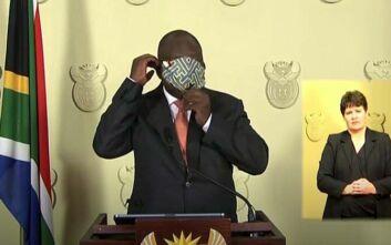 Κορονοϊός: Ο πρόεδρος της Νότιας Αφρικής προσπαθεί να βάλει μάσκα και γίνεται viral