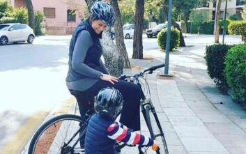 Ποδηλατάδα με το γιο της έκανε η υπουργός Παιδείας Νίκη Κεραμέως