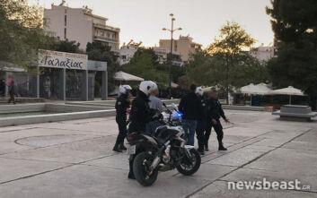 Κορονοϊός: Αστυνομικοί προσπαθούν να απομακρύνουν τον κόσμο από την Πλατεία Νέας Σμύρνης