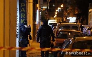 Θρίλερ στο κέντρο της Αθήνας με άντρα που έχει ταμπουρωθεί σπίτι του - Μαρτυρία για πυροβολισμούς