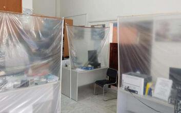 Εικόνες από το υποθηκοφυλάκειο Μαραθώνα - Αυτοσχέδια διαχωριστικά και πλαστικά παραβάν λόγω κορονοϊού