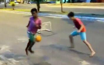Ξυπόλητο πιτσιρίκι στη Βραζιλία σημειώνει «μαγικό» γκολ και... τρελαίνει τον κόσμο