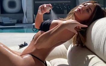 Η Κάιλι Τζένερ με σέξι μπικίνι δίπλα στην πισίνα