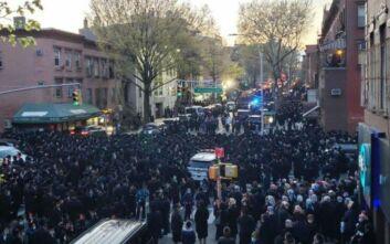 Οργισμένες αντιδράσεις για κηδεία ραβίνου στη Νέα Υόρκη, πλήθος κόσμου αψήφησε τις οδηγίες για τήρηση αποστάσεων