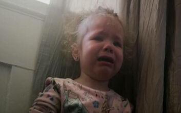 Τρίχρονο κοριτσάκι ξεσπάει σε κλάματα επειδή δεν μπορεί να αντέξει την «καραντίνα»