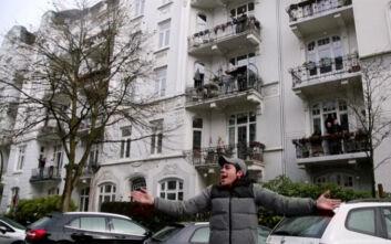Κορονοϊός Γερμανία: Γυμναστής βγαίνει στο δρόμο και κάνει ασκήσεις με τους γείτονές του στα μπαλκόνια