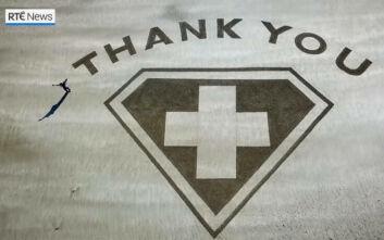Κορονοϊός Ιρλανδία: Το - κυριολεκτικά - μεγάλο ευχαριστώ σε γιατρούς και νοσηλευτές