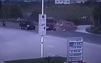 Σοκαριστικό βίντεο δείχνει τη σύγκρουση πυροσβεστικού με αυτοκίνητο στην Κρήτη