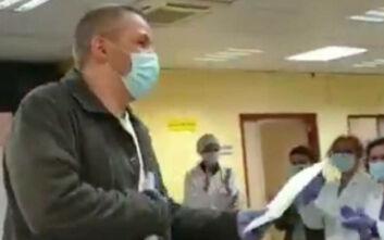 Κορονοϊός: Έκαναν έκπληξη σε ταξιτζή στην Ισπανία επειδή μετέφερε δωρεάν ασθενείς στα νοσοκομεία
