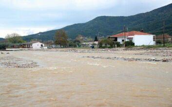 Καιρός: Σφοδρή βροχή και ζημιές στην Εύβοια, δρόμος κόπηκε στα δύο