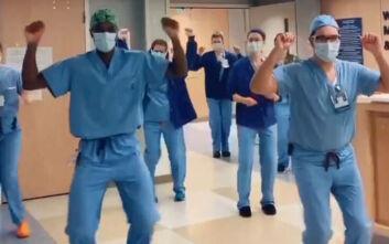 Κορονοϊός: Ο γιατρός από τις ΗΠΑ που έγινε γνωστός για τον... χορό του