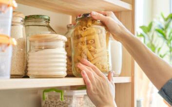 Πώς να οργανώσετε σωστά τα ντουλάπια της κουζίνας