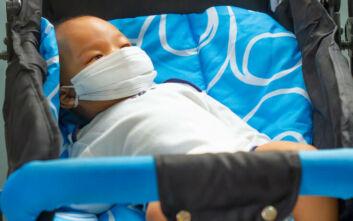 Τα συμπτώματα μωρών έως τριών μηνών που ασθενούν με covid-19
